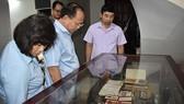 Đoàn đại biểu TP tham quan kỷ vật của đồng chí Nguyễn Văn Kỉnh tại nhà riêng. Ảnh: VOH