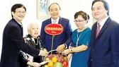 Thủ tướng Nguyễn Xuân Phúc thăm Nghệ sĩ dương cầm Thái Thị Liên