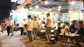 Một quán ăn trên đường Võ Văn Kiệt, quận 1, TPHCM  từng bị nhắc nhở, xử phạt nhưng vẫn tiếp tục vi phạm lấn chiếm lòng lề đường. Ảnh:  KIỀU PHONG