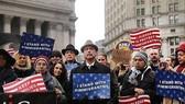 Người Mỹ biểu tình phản đối lệnh hạn chế nhập cư của ông Trump. Ảnh: REUTERS