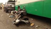 Nhiều xe máy mằm la liệt sau vụ tai nạn dưới dốc cầu Bình Điền