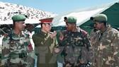 Binh sỹ Ấn Độ và binh sỹ Trung Quốc tại khu vực biên giới Ấn Độ - Trung Quốc. Nguồn: TTXVN