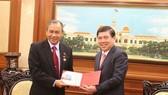 Chủ tịch UBND TPHCM Nguyễn Thành Phong tặng Huy hiệu TPHCM cho Tổng Lãnh sự Indonesia tại TPHCM Jean Anes. Ảnh: THANHUYTPHCM.VN