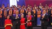 Phó Thủ tướng Thường trực Chính phủ Trương Hòa Bình và Bí thư thứ nhất Trung ương Đoàn TNCS Hồ Chí Minh trao Giải thưởng Sao Đỏ cho các Doanh nhân trẻ Việt Nam tiêu biểu năm 2017. Ảnh: TTXVN