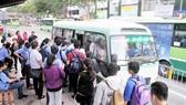 Hành khách đi xe buýt tuyến số 44 Ảnh: CAO THĂNG