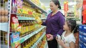 Mua hàng tại cửa hàng tiện lợi Satra Food                      Ảnh: CAO THĂNG