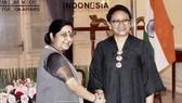 Ngoại trưởng Ấn Độ Sushma Swaraj (trái) hội đàm với Ngoại trưởng Indonesia Retno Marsudi  thảo luận tăng cường quan hệ đối tác chiến lược  Ảnh: AP