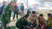 Ngư dân Hồ Văn Hiếu được đưa vào bờ cấp cứu kịp thời