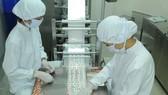 Sản xuất thuốc trên máy công nghệ tiên tiến tại Công ty Euvipharm                                                                                                 Ảnh: CAO THĂNG