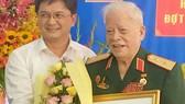 Bí thư Quận ủy Thủ Đức trao Huy hiệu 70 năm tuổi Đảng tặng  Trung tướng Lê Nam Phong           Ảnh: VŨ HƯỜNG