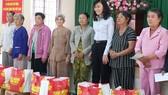 Phó Chủ tịch UBND TPHCM Nguyễn Thị Thu trao quà tết cho những hộ nghèo trên địa bàn phường Long Bình, quận 9. Ảnh: KHOA LÝ