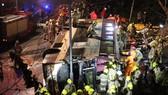 Lực lượng cứu hộ giải cứu nạn nhân khỏi xe buýt 2 tầng bị lật trên đường Tai Po ở Hồng Kông (Trung QUốc, tối 10-2-2018. Ảnh: SCMP