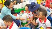 Đồng chí Võ Thị Dung, Phó Bí thư Thành ủy TPHCM, tặng quà các em thiếu nhi