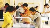 Người dân chọn mua vàng tại một cửa hàng ở TPHCM