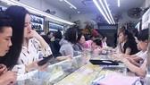 Hình ảnh người dân tấp nập mua vàng cầu may ngày vía Thần tài