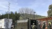 Xe cảnh sát bọc thép cùng hàng chục nhân viên an ninh đã có mặt hiện trường. Ảnh: AP