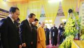 Phó Thủ tướng Thường trực Trương Hòa Bình dâng hoa viếng Hòa thượng Thích Thanh Sam. Ảnh: TTXVN