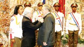 Tổng Bí thư Nguyễn Phú Trọng  trao Huân chương  Sao Vàng tặng  Bí thư Thứ nhất  Ban chấp hành Trung ương Đảng Cộng sản Cuba, Chủ tịch Hội đồng Nhà nước và  Hội đồng  Bộ trưởng  Cộng hòa Cuba Raul Castro Ruz.  Ảnh: TTXVN