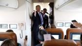 Tổng thống Mỹ Donald Trump phát biểu trước các nhà báo trên chuyên cơ Không lực 1 ngày 5-4. Ảnh: REUTERS