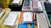 Pin sạc dự phòng bày bán tại một cửa hàng  ở chợ Hạnh Thông Tây