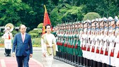Thủ tướng Nguyễn Xuân Phúc và Cố vấn  Nhà nước, Bộ trưởng Ngoại giao và Bộ trưởng Văn phòng Tổng thống nước CHLB Myanmar Aung San Suu Kyi duyệt Đội danh dự Quân đội Nhân dân  Việt Nam  Ảnh: TTXVN