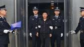 Sau 15 năm đào tẩu, Yan Yongmin bị bắt ở New Zealand ngày 12-11-2016 và bị áp giải về Bắc Kinh. Ảnh: THX