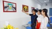 Các sinh viên trường Đại học Campuchia tham quan Phòng Việt Nam vừa được khánh thành. Ảnh: TTXVN