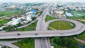 Lưu thông tại quốc lộ 1 giao với đường dẫn vào cao tốc TPHCM - Trung Lương.   Ảnh: CAO THĂNG