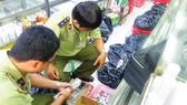 Lực lượng liên ngành quản lý thị trường ra quân kiểm tra dược phẩm, mỹ phẩm trôi nổi, có dấu hiệu giả mạo trên địa bàn TPHCM Ảnh: THI HỒNG