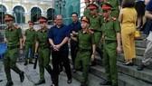 Nguyên Chủ tịch HĐQT VNCB Phạm Công Danh (hàng trước) cùng đồng phạm bị xét xử vì những sai phạm  dẫn đến thiệt hại cho VNCB