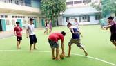 Các em luyện tập đá bóng vào ngày nghỉ cuối tuần ở Trung tâm Giáo dục dạy nghề thiếu niên TPHCM
