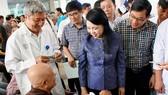 Bộ trưởng Bộ Y tế Nguyễn Thị Kim Tiến thăm hỏi một bệnh nhân                         tại BV Chợ Rẫy sáng 13-8                     Ảnh: HOÀNG HÙNG