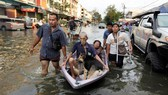 Đường phố Bangkok chìm trong nước lũ