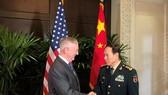 Bộ trưởng Quốc phòng Mỹ và Bộ trưởng Quốc phòng Trung Quốc trong cuộc gặp tại Singapore hôm 18-10. Ảnh: REUTERS