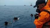 Các thợ lặn tìm kiếm tại khu vực máy bay của hãng Lion Air bị rơi. Ảnh:  REUTERS