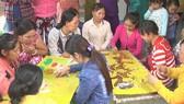 Từ nguồn vốn được các hội viên chung giúp, nhiều chị em phụ nữ  ở huyện Tam Nông đã có được nghề đan thêu, tạo nguồn thu nhập