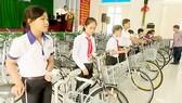 Đoàn trao tặng 35 chiếc xe đạp trị giá 1,5 triệu đồng/chiếc cho học sinh khó khăn trong huyện, giúp các em phương tiện đến trường học tập.