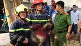 Một nạn nhân vụ cháy quán beer club Ruby được lực lượng cứu hộ, cứu nạn đưa ra ngoài