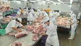 Pha lóc thịt heo tại Công ty Vissan                 Ảnh: CAO THĂNG