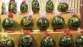 Tại TPHCM đã xuất hiện nhiều loại trái cây trang trí độc đáo, bắt mắt bằng cách khắc hay vẽ thư pháp