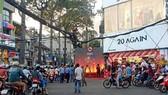 Shop thời trang chiếm vỉa hè, dựng sân khấu biểu diễn múa lửa