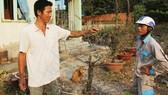 Anh Nguyễn Công Sơn (trái) nhiệt tình chia sẻ cách chăm sóc mai với người dân tới hỏi thăm