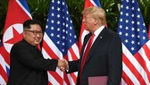 Tổng thống Mỹ Donald Trump (phải) và nhà lãnh đạo Triều Tiên Kim Jong-un tại hội nghị thượng đỉnh ở Singapore ngày 12-6-2018. Nguồn: TTXVN