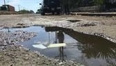 Đường xuống cấp, nước đọng thành vũng tại đường dẫn vào Khu liên hợp xử lý chất thải Đa Phước