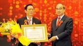 Bí thư Thành ủy TPHCM Nguyễn Thiện Nhân  trao Huân chương Lao động hạng 2 cho ông Trương Ty