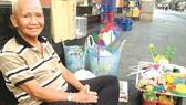Ông Chuột bên mâm đồ chơi dân gian với những con thú màu sắc có giá khoảng 20.000 đồng/con