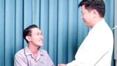 Niềm vui của bệnh nhân  khi có gương mặt bình thường  cũng là hạnh phúc của bác sĩ Tú Dung (phải)