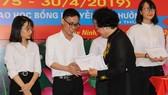 PGS-TS Trần Thị Trung Chiến trao học bổng Nguyễn Văn Hưởng cho sinh viên y dược. Ảnh: HUỲNH THANH LUÂN