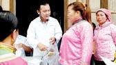 Thạc sĩ - dược sĩ Trương Văn Đạt tư vấn sức khỏe cho người dân