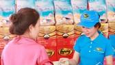 Người lao động tham gia mua gạo giảm giá tại ngày hội. Ảnh: HCMCPV.ORG.VN